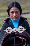 Retrato da mulher tibetana na roupa nacional Fotos de Stock Royalty Free