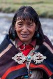 Retrato da mulher tibetana na roupa nacional Imagem de Stock