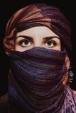 Retrato da mulher verde-eyed bonita no hijab foto de stock royalty free