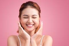 Retrato da mulher vietnamiana atrativa que toca em sua cara Imagens de Stock