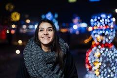 Retrato da noite de uma mulher moreno bonita que sorri apreciando o inverno no parque Alegria do inverno Feriados de inverno Emoç fotos de stock