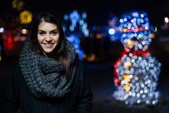 Retrato da noite de uma mulher moreno bonita que sorri apreciando o inverno no parque Alegria do inverno Feriados de inverno Emoç fotografia de stock