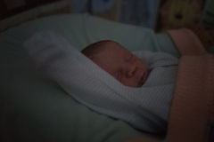 Retrato da noite do bebê pequeno de sono, luminosidade reduzida Foto de Stock
