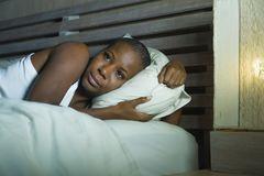 Retrato da noite do estilo de vida da mulher afro-americana preta assustado e forçada nova comprimida em incapaz virado da cama d imagem de stock royalty free