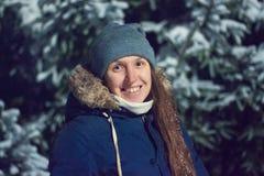 Retrato da noite da jovem mulher no inverno Foto de Stock Royalty Free