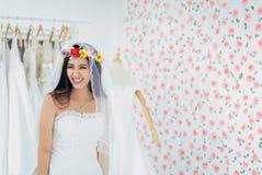 Retrato da noiva asiática nova bonita das mulheres no vestido branco alegre e engraçado, da cerimônia no dia do casamento, de  fotografia de stock