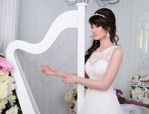 Retrato da noiva bonita com harpa Vestido de casamento C.A. do casamento Imagem de Stock Royalty Free