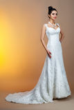 Retrato da noiva bonita que veste no vestido de casamento Fotografia de Stock Royalty Free
