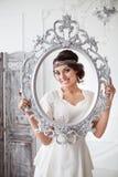 Retrato da noiva com os olhos bonitos grandes no backgroun branco Foto de Stock Royalty Free