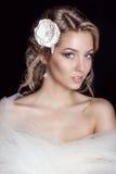 Retrato da noiva delicada feliz bonita das mulheres em um cabelo bonito branco do casamento do salão de beleza do vestido de casa imagem de stock
