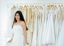 Retrato da noiva f?mea asi?tica bonita no vestido branco alegre e engra?ado, da cerim?nia no dia do casamento, de feliz e no sorr foto de stock royalty free