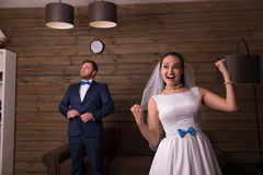 Retrato da noiva feliz e do noivo sério foto de stock royalty free