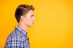 Retrato da opinião lateral do perfil do close-up do seu ele queolha o indivíduo cândido atrativo que veste o espaço verificado da imagem de stock