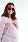 Retrato da palavra vestindo do feliz aniversario do olho da mulher gravida em vidros Imagem de Stock Royalty Free