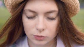 Retrato da parte externa ereta da mulher nova do gengibre com olhos fechados video estoque