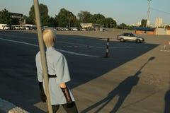 Retrato da parte traseira, mulher na área de estacionamento foto de stock