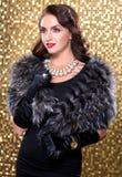 Retrato da pele de raposa de prata vestindo da mulher retro moreno elegante sobre o fundo do mosaico do ouro Modelo olhando o lad Imagens de Stock