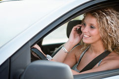 Retrato da pessoa de sorriso nova que conduz o carro Fotografia de Stock Royalty Free