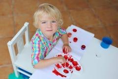 Retrato da pintura pequena da menina da criança com escova imagens de stock royalty free