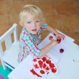 Retrato da pintura pequena da menina da criança com escova imagens de stock