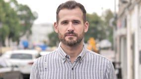 Retrato da posição ocasional do homem da barba exterior vídeos de arquivo