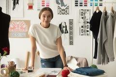 Retrato da posição segura do desenhista da roupa de forma no trabalho imagens de stock