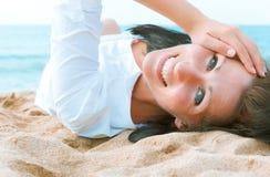 Retrato da praia da mulher imagens de stock