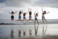 Retrato da praia do estilo de vida do grupo novo de amigas coreanas e chinesas asiáticas das mulheres, as felizes e as atrativas  fotografia de stock royalty free