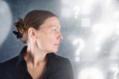 Retrato da questão bonita da mulher Imagens de Stock