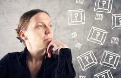 Retrato da questão bonita da mulher Fotos de Stock Royalty Free