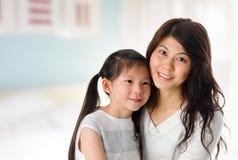 Rapariga e mãe em casa. fotos de stock royalty free