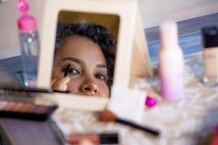 Retrato da reflexão de espelho do estilo de vida da mulher latino-americano feliz e bonita nova que usa o desenho de lápis da sob foto de stock royalty free