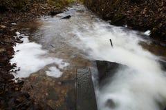 Retrato da represa pequena no rio Imagens de Stock