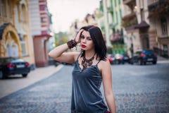 Retrato da roupa à moda modelo bonita e da bolsa luxuosa e Foto de Stock Royalty Free