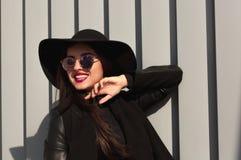Retrato da rua da mulher feliz no chapéu brimmed largo na moda e no st Foto de Stock Royalty Free