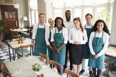 Retrato da sala de Team Standing In Empty Dining do restaurante imagens de stock royalty free