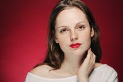 Retrato da sarda da mulher no fundo da cor vermelho e cor-de-rosa Foto de Stock