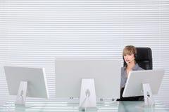 Retrato da secretária em um escritório alta tecnologia limpo Fotos de Stock