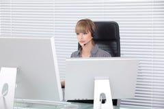 Retrato da secretária em um escritório alta tecnologia limpo Foto de Stock