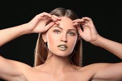 Retrato da senhora bonita com batom do ouro imagens de stock royalty free
