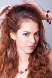 Senhora elegante de sorriso com cabelo bonito Imagens de Stock