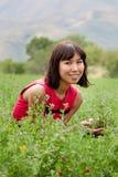 Retrato da senhora consideravelmente nova em um prado Fotos de Stock