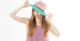 Retrato da senhora elegante com o chapéu em férias de verão, mulher de sorriso do verão no espaço da cópia do retrato do estúdio imagens de stock