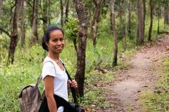 Retrato da senhora trekking tailandesa que sorri durante o trajeto da fuga fotografia de stock