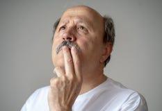 Retrato da tentativa de pensamento da cara do homem do adulto mais velho recordar foto de stock