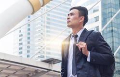 Retrato da vista e do compromisso do homem de negócios ao sucesso na baixa com fundo da construção imagens de stock