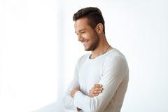 Retrato da vista lateral do homem considerável de sorriso no fundo branco imagem de stock royalty free