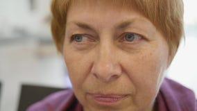 Retrato da vista lateral da mulher adulta que senta-se no aeroporto e na viagem de espera video estoque