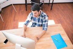Retrato da vista superior de um homem de negócios ocasional que usa o PC Foto de Stock