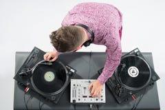 Retrato da vista superior do DJ que mistura e que gira Imagens de Stock